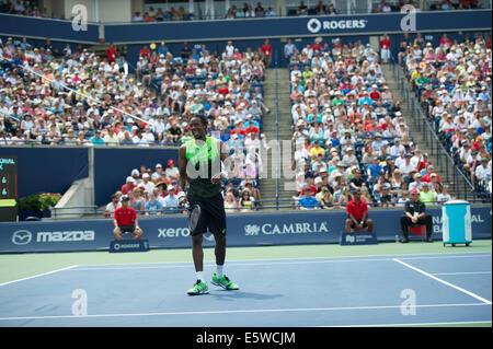 Toronto, Kanada. 6. August 2014. Gael Monfils Frankreichs dient dazu, Novak Djokovic Serbien während der Rogers - Stockfoto