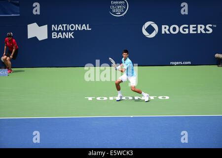 Toronto, Kanada. 6. August 2014. Novak Djokovic Serbien kehrt ein Schuss in Gael Monfils Frankreichs während des - Stockfoto