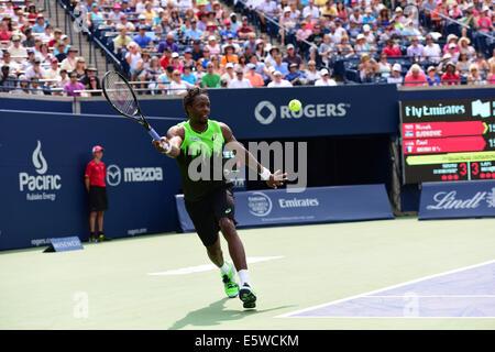 Toronto, Kanada. 6. August 2014. Gael Monfils Frankreichs gibt einen Schuss auf Novak Djokovic Serbien während der - Stockfoto