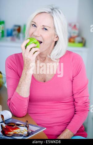 Ältere Person Essen Obst - Stockfoto