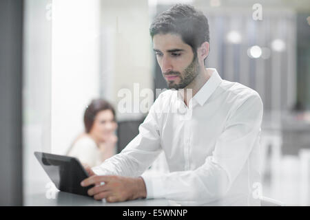 Männlicher Büroangestellter mit digital-Tablette - Stockfoto