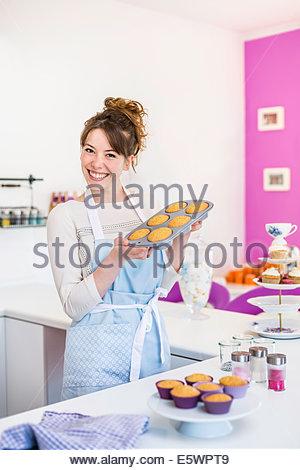 Frau mit Tablett hausgemachte Muffins - Stockfoto