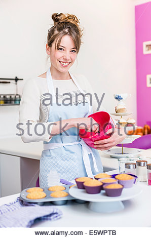 Frau vorbereiten Belag für cupcakes - Stockfoto