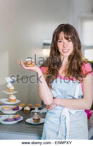Frau posiert mit cupcakes - Stockfoto