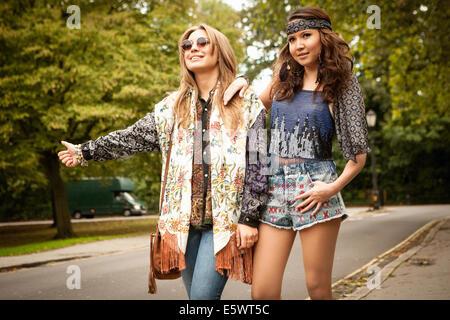 Hippie Mädchen Trampen - Stockfoto