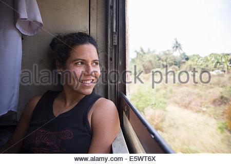 Mitte Erwachsene Frau, Blick aus dem Zugfenster in Thailand - Stockfoto