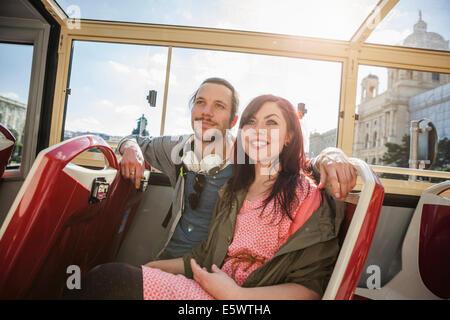 Junge Erwachsene paar auf bus - Stockfoto