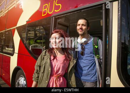 Junge Erwachsene paar Bus aussteigen - Stockfoto