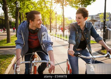 Junge Erwachsene paar Radtouren durch City, Wien, Österreich - Stockfoto