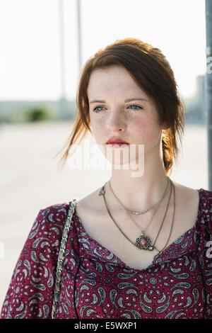Porträt der ruhige junge Frau in leeren Parkplatz - Stockfoto