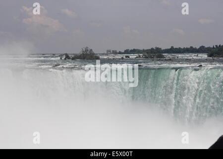 Die Horseshoe Falls, auch bekannt als die kanadischen Wasserfälle, da die meisten davon in Kanada liegt, ist Teil - Stockfoto