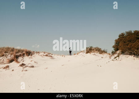 Mitte Erwachsene Frau auf Sanddünen, Jones Beach, New York State, USA - Stockfoto