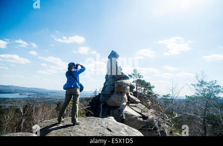 Zwei Wanderer auf Felsformation fotografieren - Stockfoto