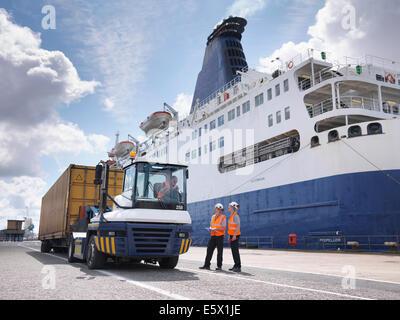 Hafenarbeiter Dock seitlich neben Schiff - Stockfoto