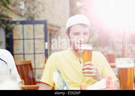 Radfahrer im Biergarten im pub