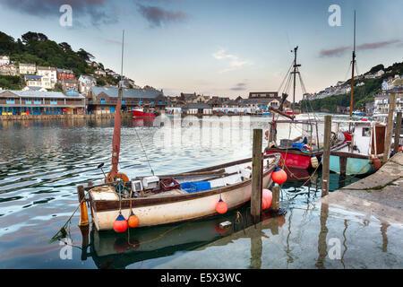 Angelboote/Fischerboote im Hafen von Looe an der südlichen Küste von cornwall - Stockfoto