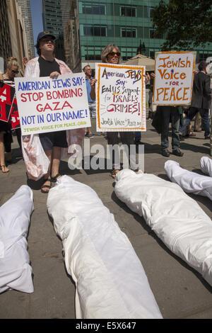 Mitglieder der jüdischen Gemeinde in New York City, Friedensaktivisten und Palastinians Kundgebung gegen Israels - Stockfoto