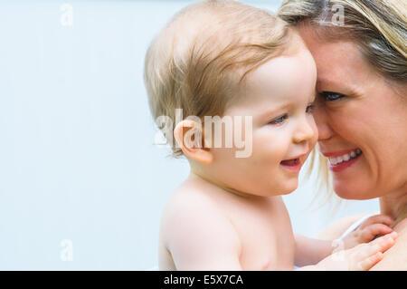 Zärtliche Porträt von Mitte adult Mutter und Babymädchen - Stockfoto