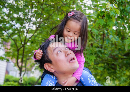 Mitte adult Vater Schulter tragen Kleinkind Tochter - Stockfoto