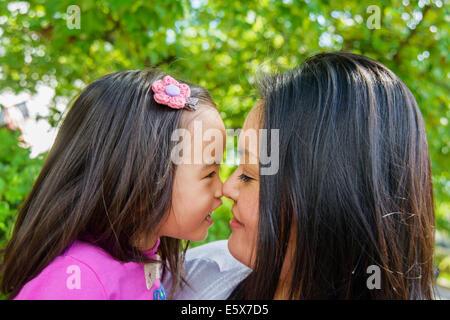 Porträt von Mitte Erwachsene Mutter und Mädchen Kleinkind Nase an Nase - Stockfoto