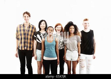 Formale Studioportrait von sechs jungen Erwachsenen Freunden - Stockfoto