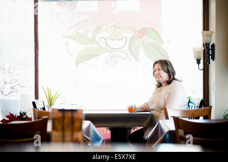 Reife Frau mit einem Kräutertee im Café Fensterplatz - Stockfoto