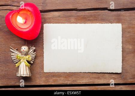 Urlaub-Hintergrund mit Leere Postkarte, brennende Kerze und Spielzeug Engel - Stockfoto