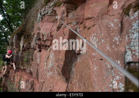 Kletterausrüstung Chur : Ein wanderer geht der klettersteig churfrankensteig. juli 2014