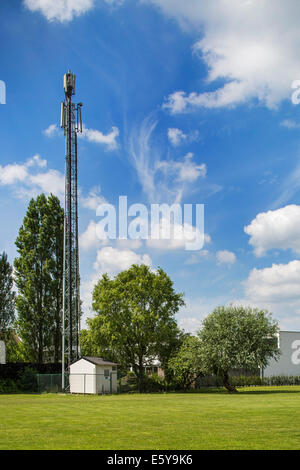 Basisstation und Mast für mobile Telefonie - Stockfoto