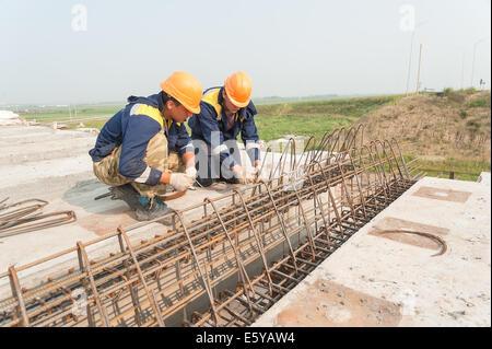 Zwei Arbeiter tun Armaturen verbindlich - Stockfoto