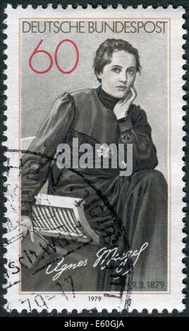 Briefmarke gedruckt in Deutschland, zeigt die Dichterin Agnes Miegel, ca. 1979 - Stockfoto