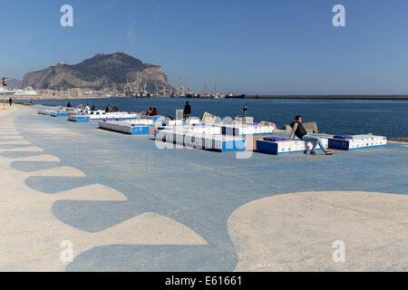 Bunte Bänke am Meer, Strandpromenade Foro Italico, Palermo, Sizilien, Italien - Stockfoto