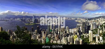 Panoramablick vom Hong Kong Peak Blick auf Central Hong Kong, den Hafen und Kowloon an einem klaren Tag mit blauem - Stockfoto