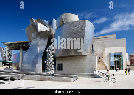Gesamtansicht der Seite Nordfassade des Guggenheim Museum Bilbao, Bilbao, Spanien. - Stockfoto