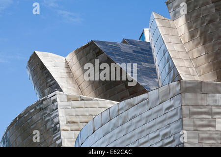 Die stark modellierte Seite Nordfassade des Guggenheim Bilbao, Bilbao, Spanien. Obere Ansicht. - Stockfoto