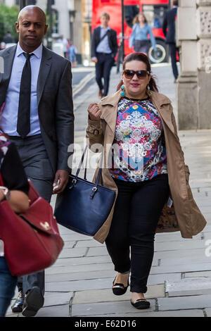 London, UK. 12. August 2014. Amal Elwahabi kommt bei Old Bailey Gericht auf den Terrorismus Gebühren Credit: Guy - Stockfoto