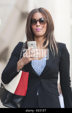 London, UK. 12. August 2014. Old Bailey, London, UK. 12. August 2014. Amal El-Wahabi und Nawal Msaad erreichen die - Stockfoto