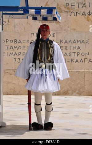 Evzone Soldat mit traditionellen einheitliche Wache am Grab des unbekannten Soldaten in Athen, Griechenland. - Stockfoto