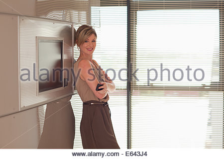 Porträt von lächelnden Geschäftsfrau mit Arme gekreuzt - Stockfoto