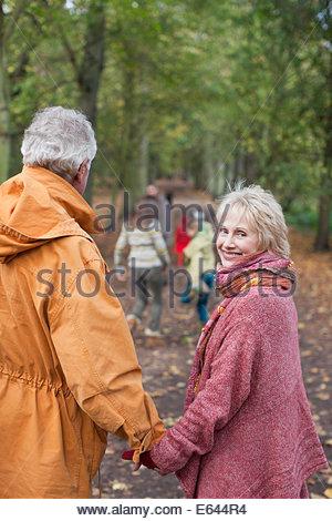 Großfamilie walking im Freien im Herbst - Stockfoto