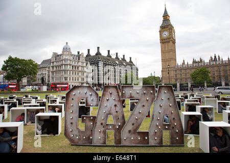 London, UK, Donnerstag, 14. August 2014. In Parliament Square 150 Männer, Frauen und Kinder werden gequetscht, in - Stockfoto