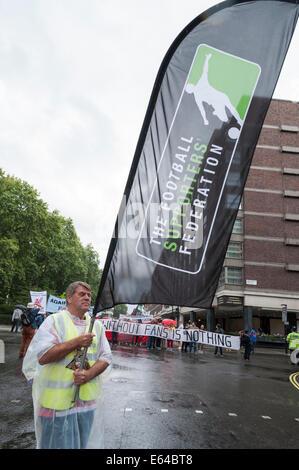 Portman Square, London, UK. 14. August 2014. Mitglieder der The Football Supporters Föderation zusammen mit Fans - Stockfoto