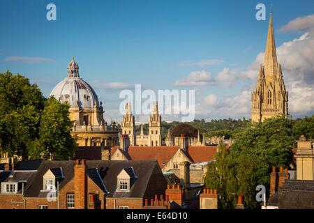 Blick über Oxford Radcliffe Camera, All Souls College und Turm von St. Marys Kirche, Oxfordshire, England - Stockfoto