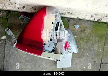 iMac-Computer weggeworfen auf Bürgersteig - Stockfoto