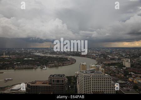 LONDON UK, 14. August 2014. Ein schweres Gewitter geht über London zu Jahresbeginn den Feierabendverkehr. Dieses - Stockfoto