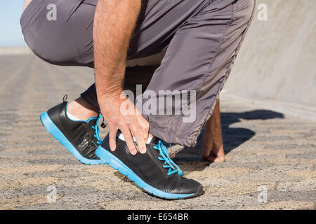 Aktive Senioren Mann berühren den verletzten Knöchel - Stockfoto