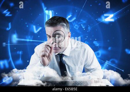 Zusammengesetztes Bild Reife Geschäftsmannes untersucht mit Lupe - Stockfoto