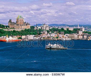 Quebec City Skyline mit Chateau Frontenac Hotel überragt Unterstadt und Fähre zu Levis in Quebec Kanada - Stockfoto