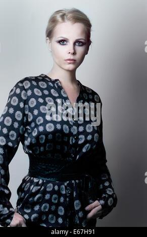 Magnetismus. Eleganz. Luxuriöse weiblich in Trendy Kleid grau-blau - Stockfoto