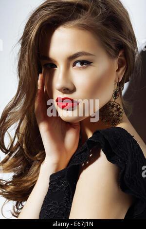 Charisma. Wunderschöne aristokratische Frau mit roten Lippen - Stockfoto